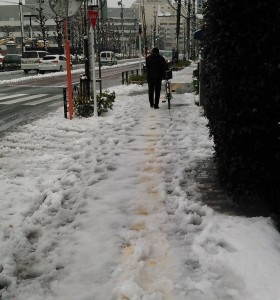 雪道を自転車で移動